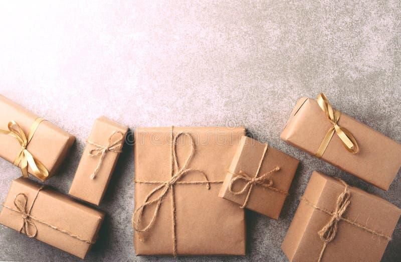 Caixa de presente envolvida no papel reciclado com curva da fita imagem de stock royalty free