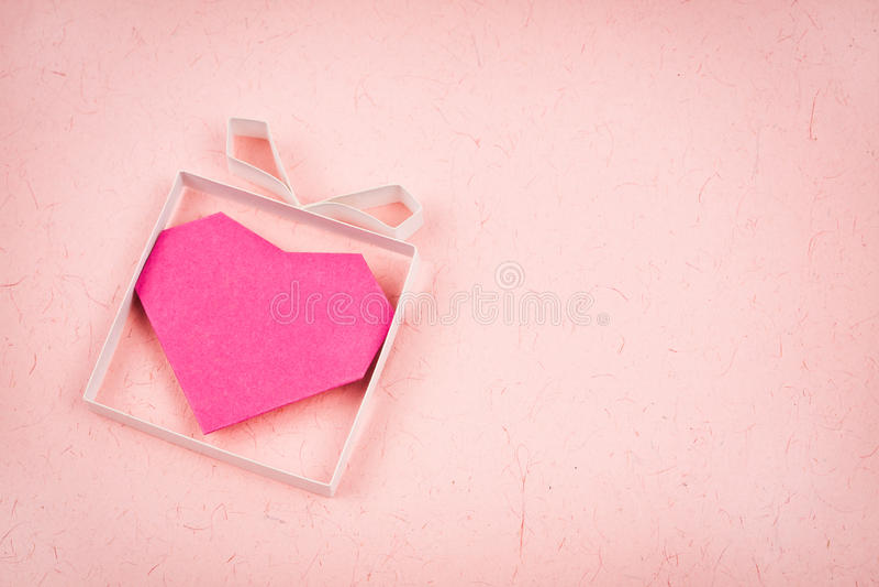 Caixa de presente feito mão com coração para dentro imagem de stock