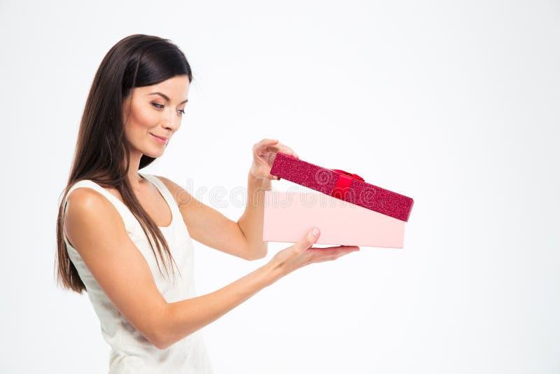 Caixa de presente feliz da abertura da jovem mulher foto de stock