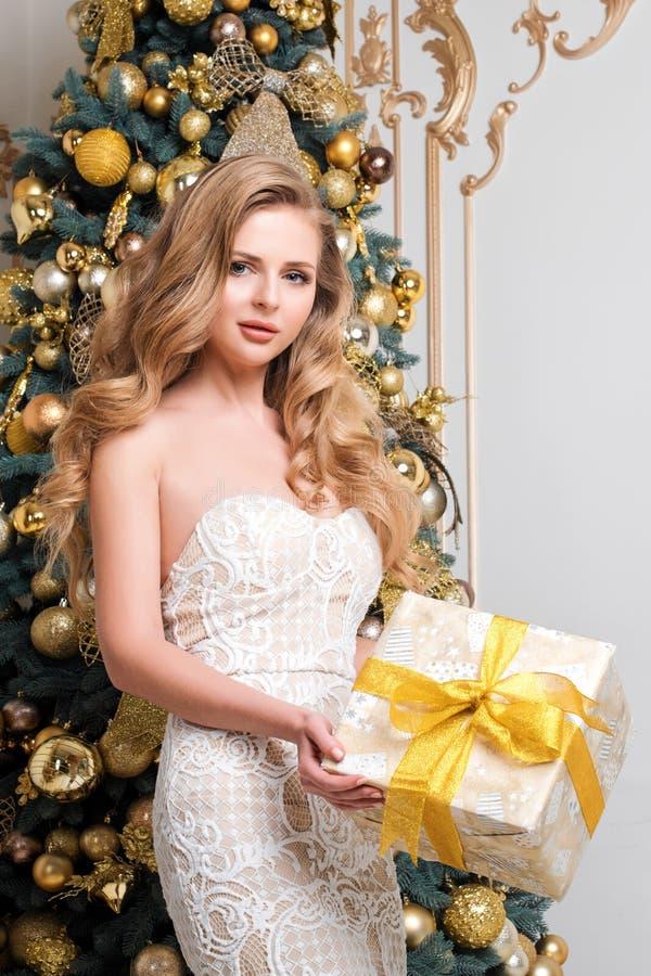 Caixa de presente feliz da abertura da mulher Louro luxuoso com presente do Natal Tema da celebração do Feliz Natal e do ano novo imagem de stock royalty free