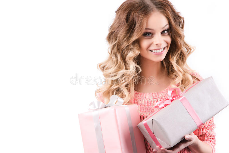 Caixa de presente feliz da terra arrendada da mulher imagem de stock royalty free