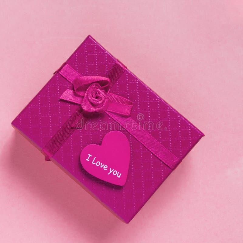 Caixa de presente lilás e coração com texto para amá-lo foto de stock royalty free