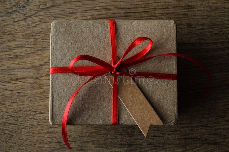 Caixa de presente lisa aérea na madeira de carvalho com etiqueta do estilo do vintage e fotos de stock