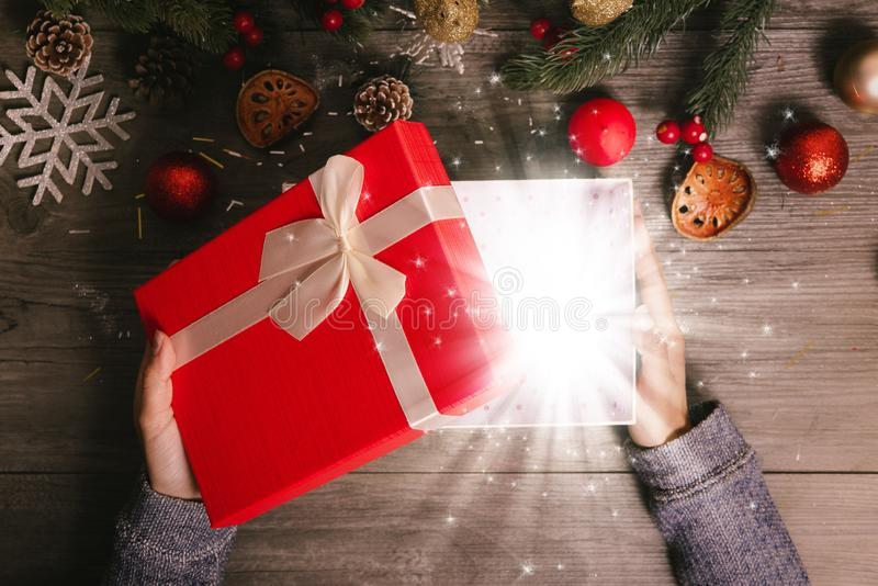 A caixa de presente mágica aberta para o Feliz Natal na tabela decora fotografia de stock royalty free