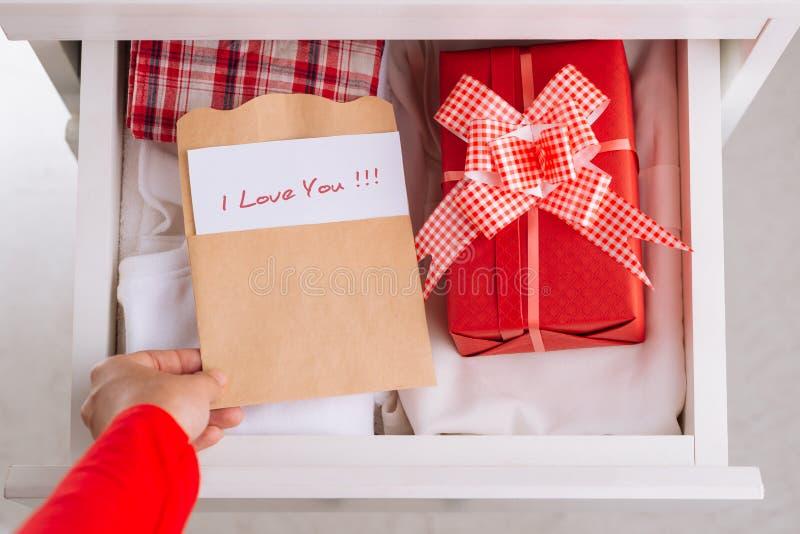 Caixa de presente na gaveta imagem de stock