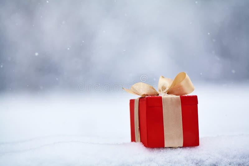 Caixa de presente na neve fora fotografia de stock royalty free