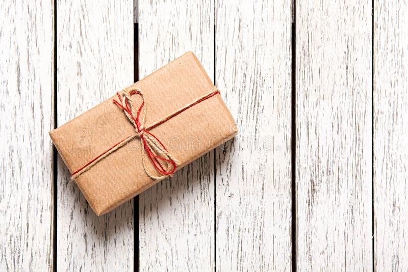 Caixa de presente na tabela de madeira branca foto de stock royalty free