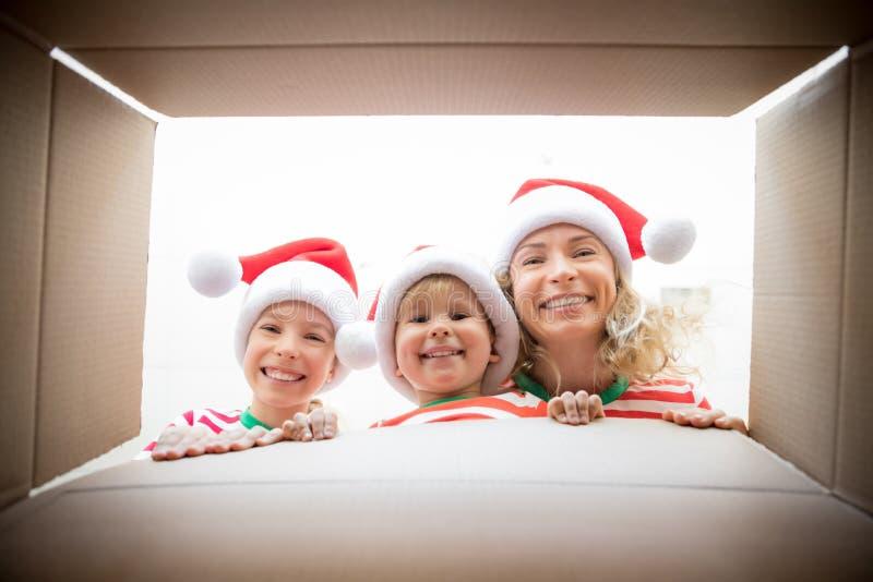 Caixa de presente de Natal da família surpreendida imagens de stock