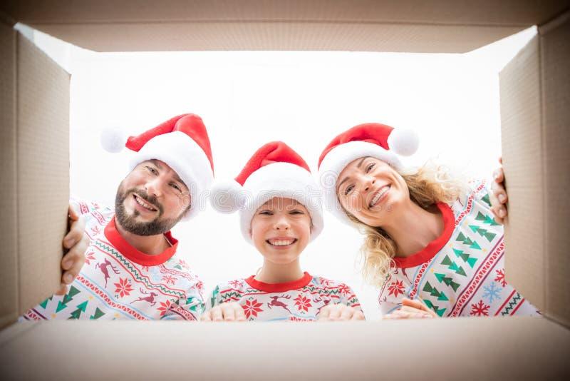 Caixa de presente de Natal da família surpreendida foto de stock