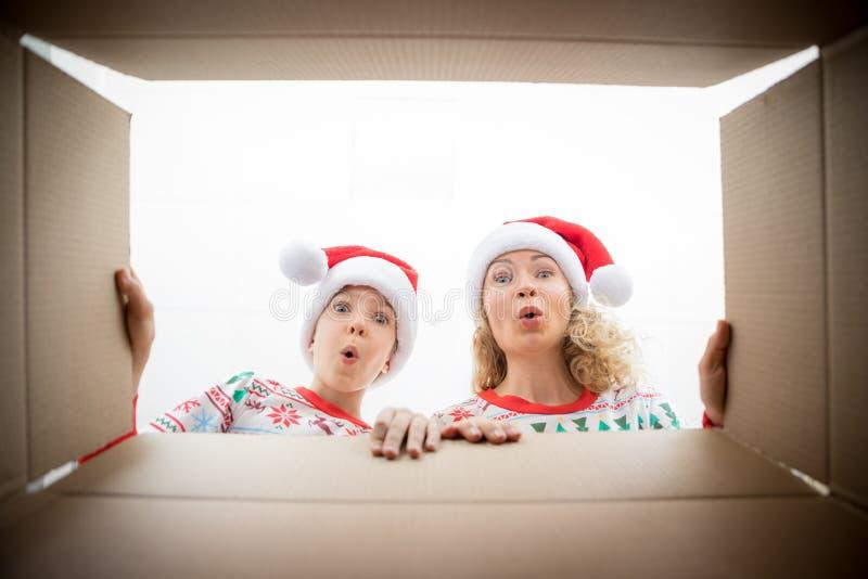 Caixa de presente de Natal da família surpreendida imagem de stock