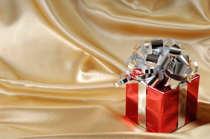 Caixa de presente no fundo do ouro imagem de stock