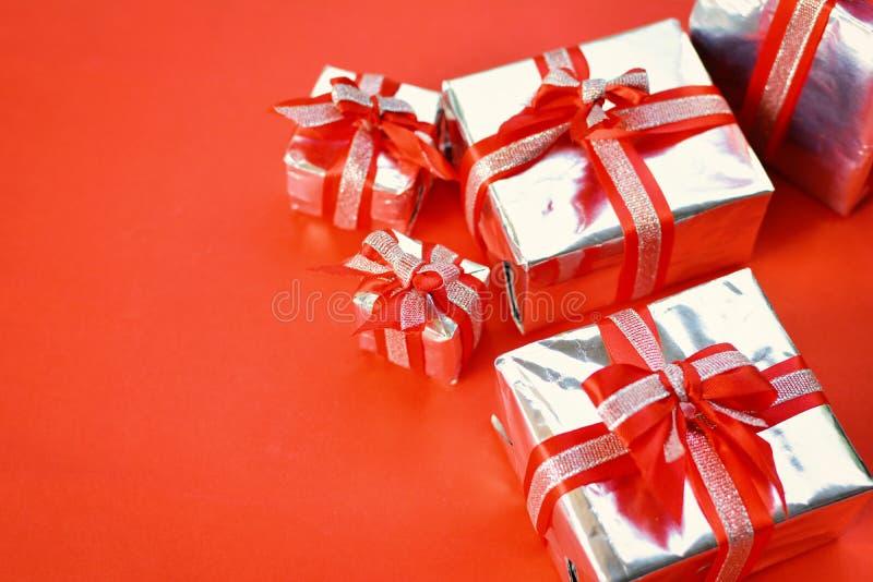 Caixa de presente no fundo vermelho para o Natal foto de stock royalty free