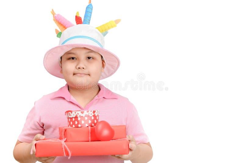 A caixa de presente obeso bonito da terra arrendada do menino isolou-se imagem de stock royalty free