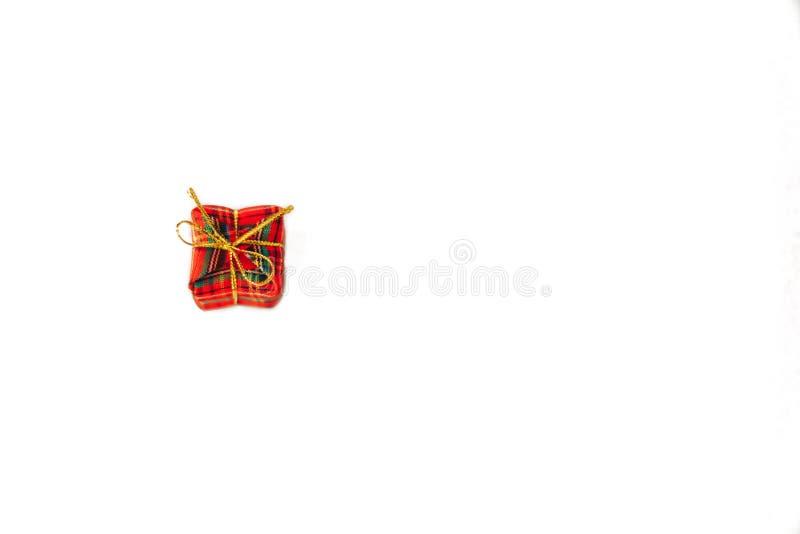 caixa de presente pequena vermelha com a fita vermelha no fundo branco imagem de stock