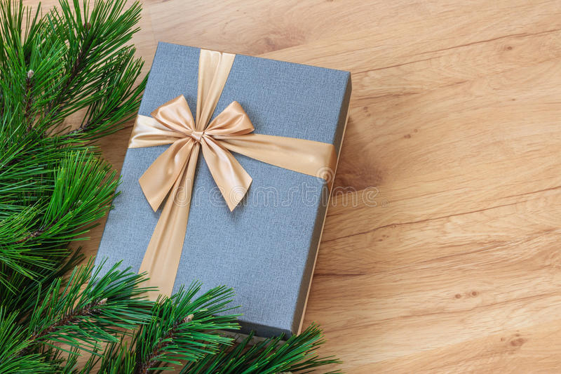 Caixa de presente perto da árvore de Natal foto de stock royalty free