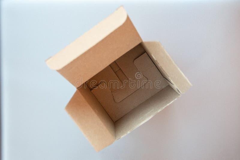 Caixa de presente quadrada grande aberta do ofício do cartão fotografia de stock