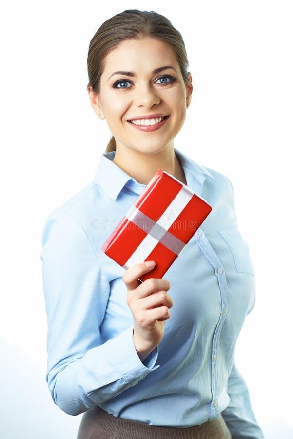 Caixa de presente de sorriso isolada da posse da mulher de negócio Fundo branco foto de stock