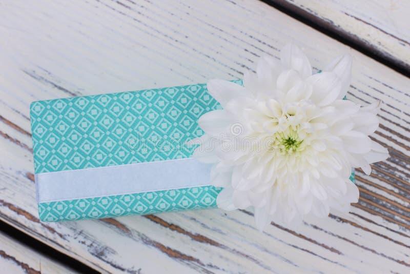 Caixa de presente de turquesa com flor branca fotografia de stock royalty free