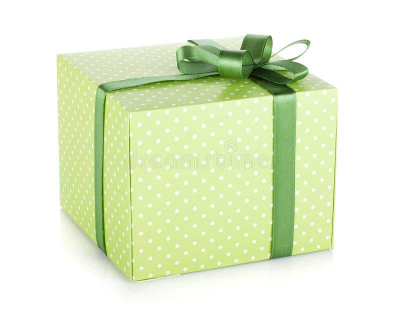 Caixa de presente verde com fita e curva imagens de stock royalty free