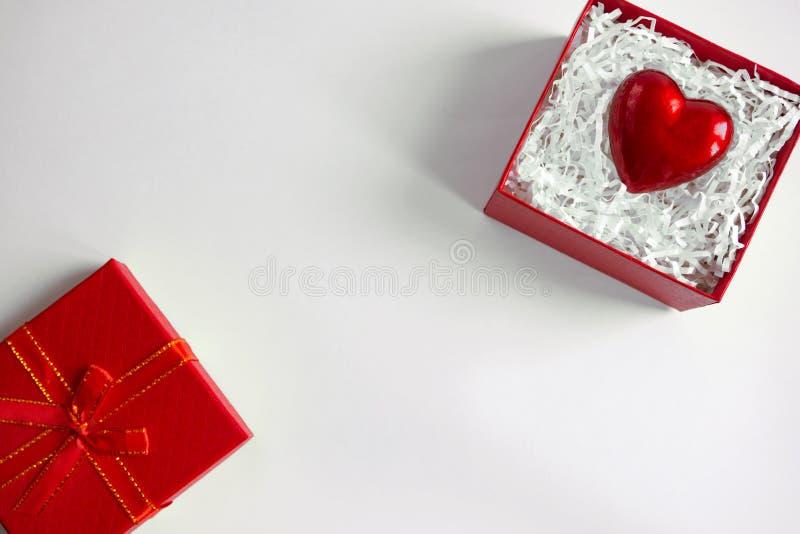 Caixa de presente vermelha com coração no dia de Valentim Dando o conceito do amor do coração Copie o espaço fotografia de stock