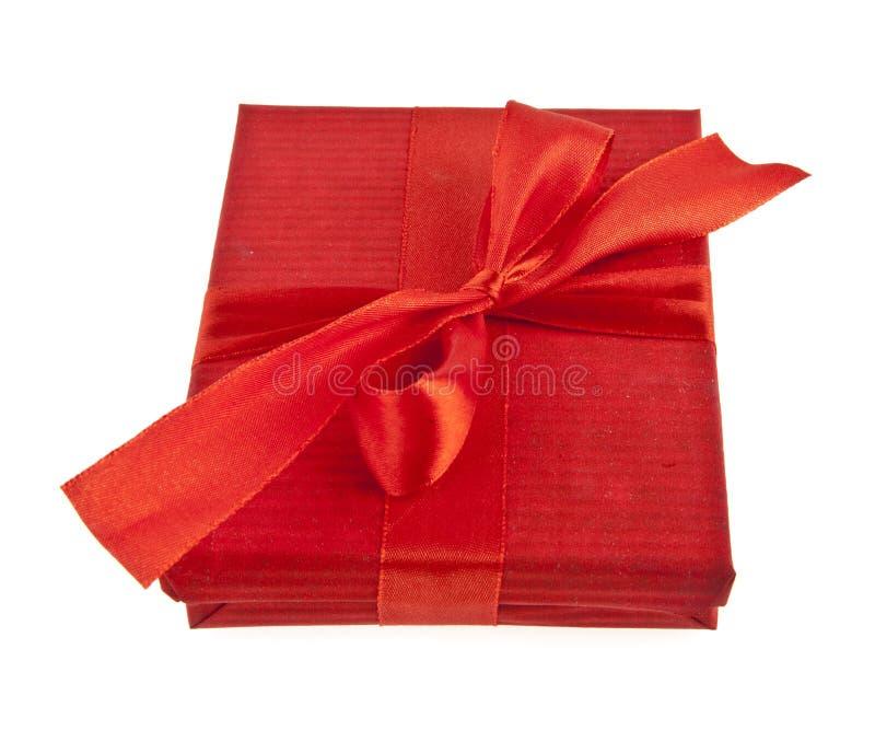 Caixa de presente vermelha com curva da fita foto de stock royalty free