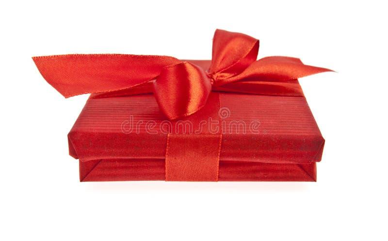 Caixa de presente vermelha com curva da fita imagens de stock