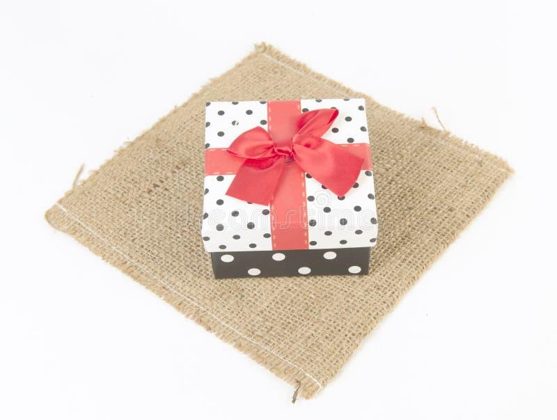Caixa de presente vermelha, com fita foto de stock