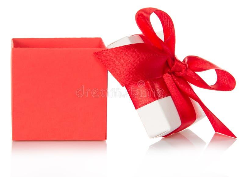 Caixa de presente vermelha com uma tampa aberta fotografia de stock royalty free