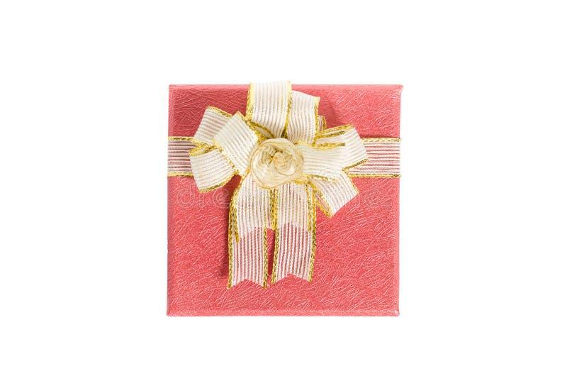 Caixa de presente vermelha isolada no fundo branco imagens de stock