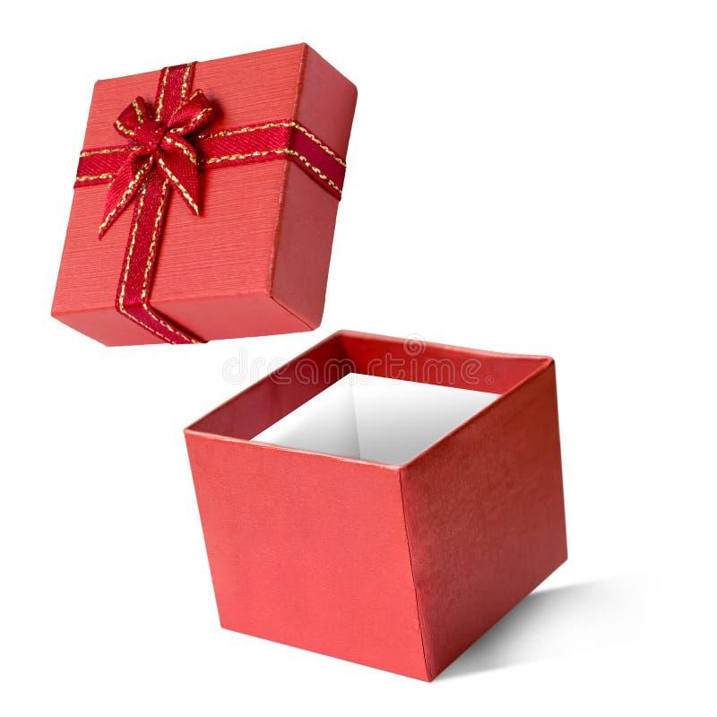 Caixa de presente vermelha isolada no fundo branco, no ano novo feliz & no chri imagens de stock royalty free
