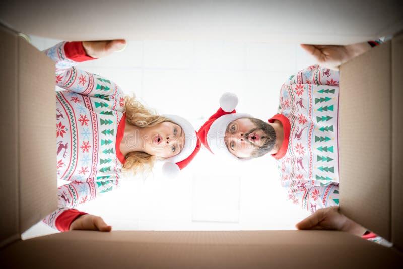 Caixa de presentes de Natal do casal surpreso imagem de stock royalty free