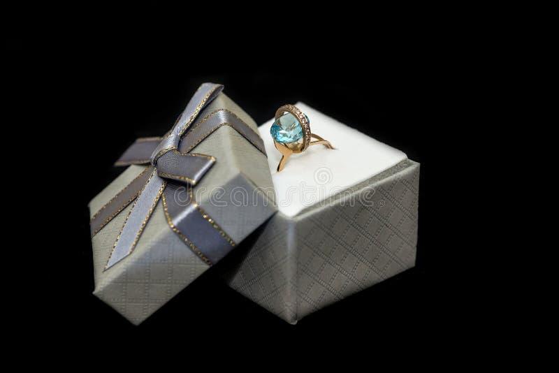Caixa de presentes de prata com anel isolado em preto fotos de stock