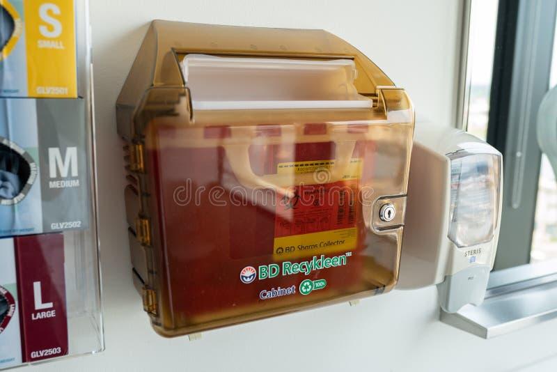 Caixa de reciclagem médica para a eliminação de agulhas usadas foto de stock