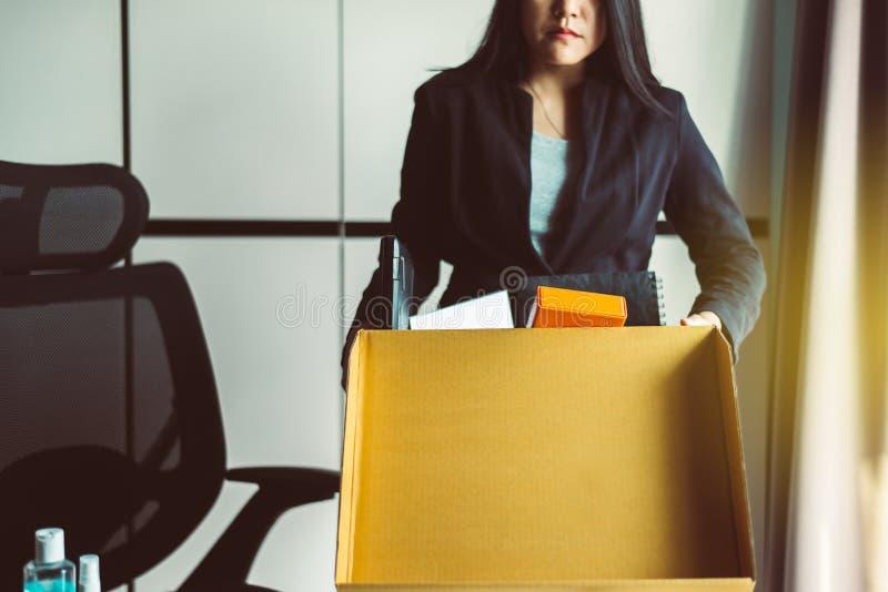 Caixa de retenção e equipamento para mulheres a partir do trabalho,Conceito de trabalho por desemprego imagens de stock