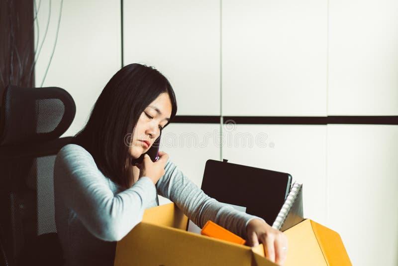 Caixa de retenção e equipamento para mulheres a partir do trabalho,Conceito de trabalho por desemprego fotos de stock royalty free