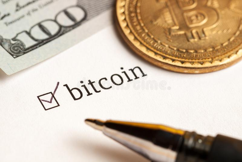 Caixa de seleção verificada com bitcoin da palavra e dólares no fundo Conceito do questionário fotos de stock