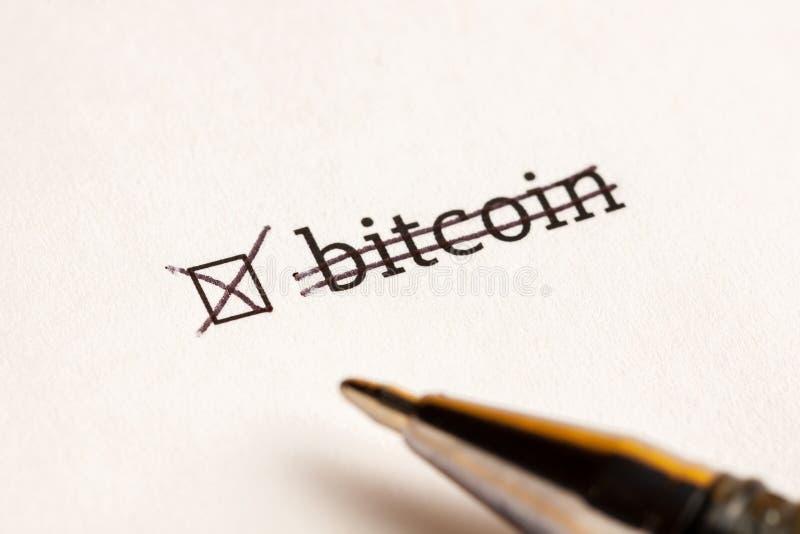 Caixa de seleção verificada com bitcoin da palavra no fundo da espera Conceito do questionário fotos de stock royalty free
