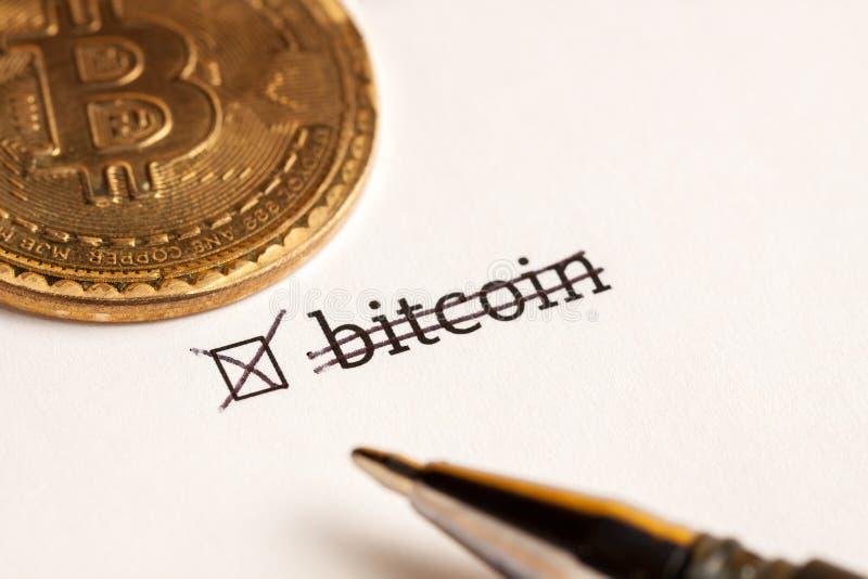Caixa de seleção verificada com bitcoin da palavra no fundo da espera Conceito do questionário foto de stock royalty free