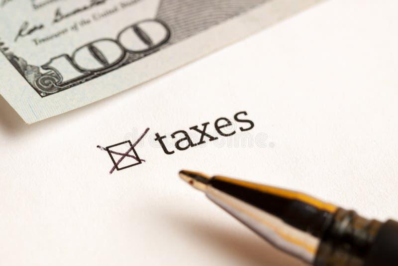 Caixa de seleção verificada com impostos e dólares da palavra no fundo Conceito do questionário fotos de stock royalty free