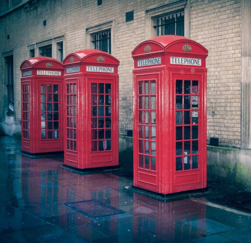 Caixa de telefone retro de Londres do olhar imagens de stock royalty free