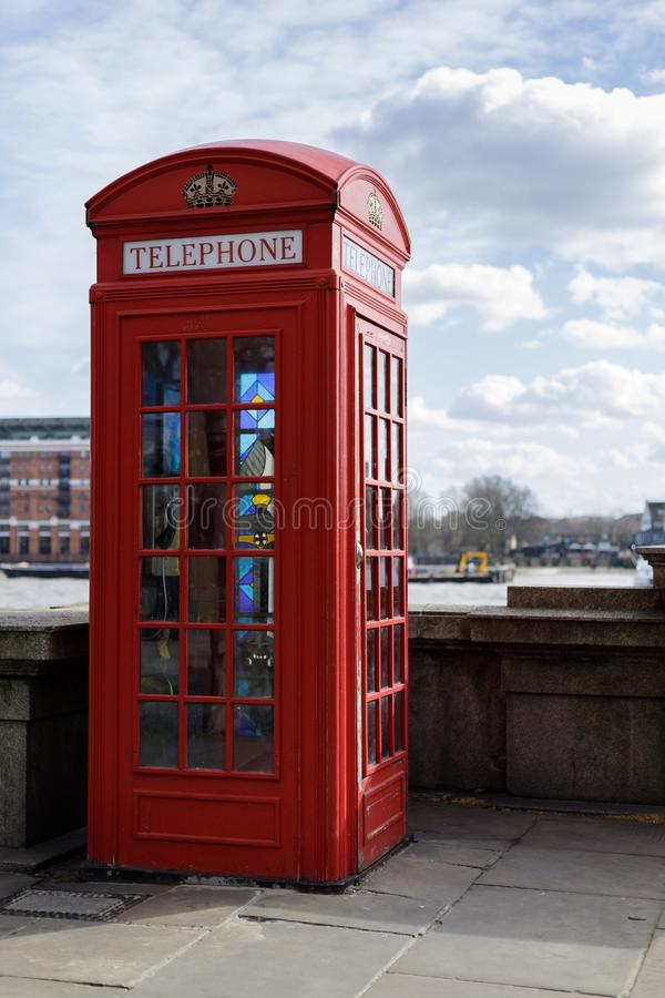 Caixa de telefone vermelha tradicional com as janelas de vitral em Victoria Embankment em Londres o 11 de março, imagem de stock