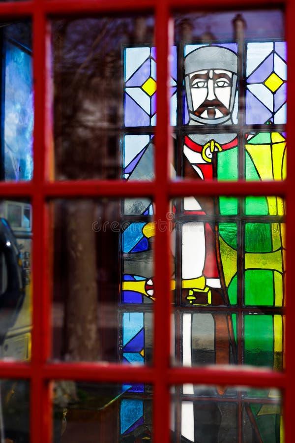 Caixa de telefone vermelha tradicional com as janelas de vitral em Victoria Embankment em Londres o 11 de março, imagens de stock