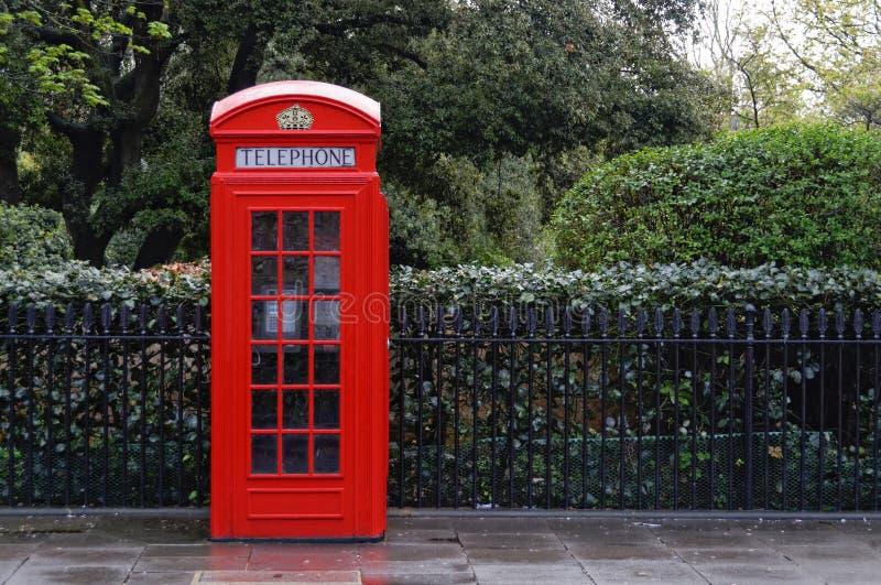 Caixa de telefone vermelha tradicional em Londres fotografia de stock