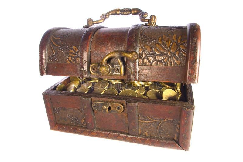 Caixa de tesouro com as moedas de ouro isoladas fotos de stock royalty free