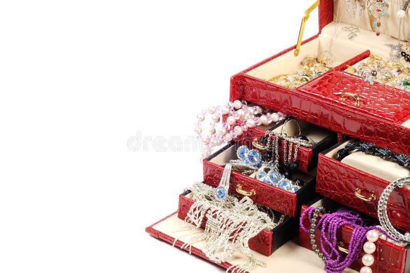 Caixa de tesouro com ouro e jóia do costume fotografia de stock