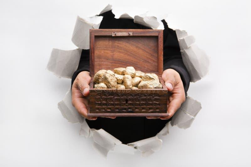 Caixa de tesouro da terra arrendada da parede da descoberta imagem de stock