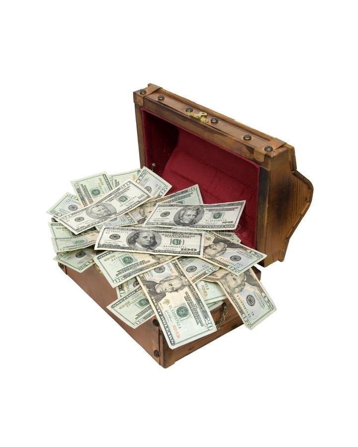 Caixa de tesouro de madeira completamente do dinheiro foto de stock