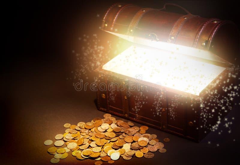 Caixa de tesouro de madeira velha com ouro