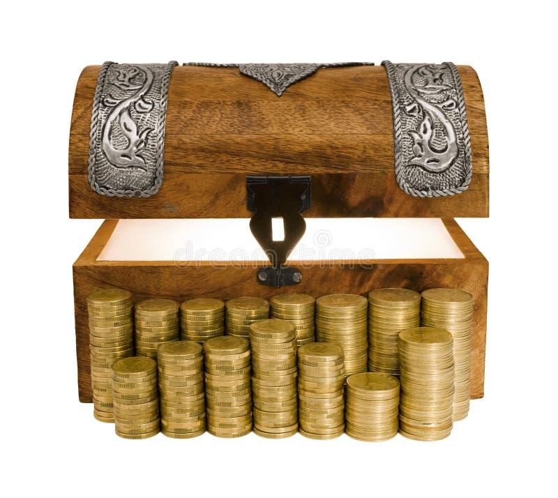 Caixa de tesouro e colunas de incandescência de moedas douradas foto de stock