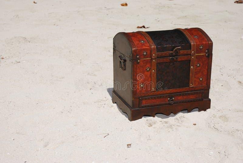 Caixa de tesouro na praia imagens de stock royalty free